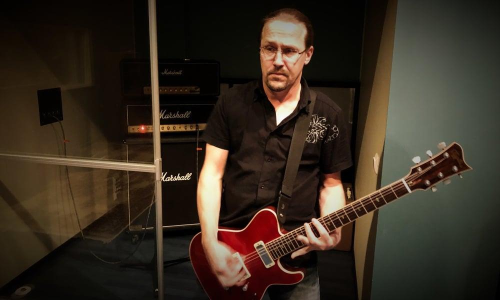 Matti Gran in Astia-studio A recording guitar.