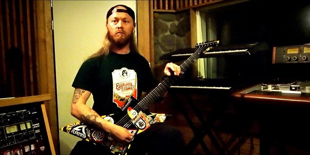 """Antti """"Hyrde"""" Hyyrynen in Astia-studio A"""