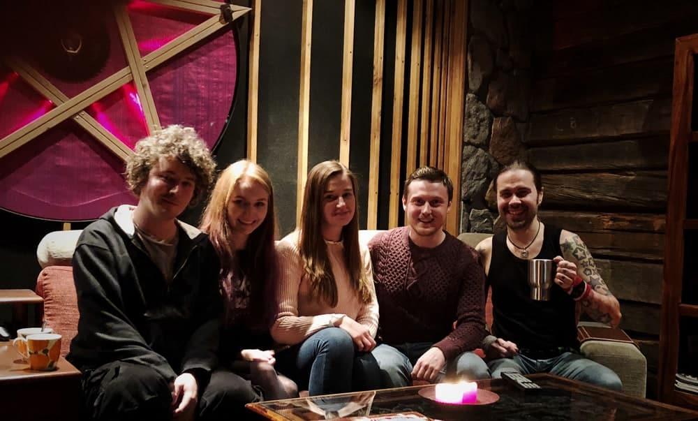 Parempaa lauluäänitystä - Ivan & Hella Jellyfish Inn -yhtyeestä ystävineen Astia-studion olohuoneessa