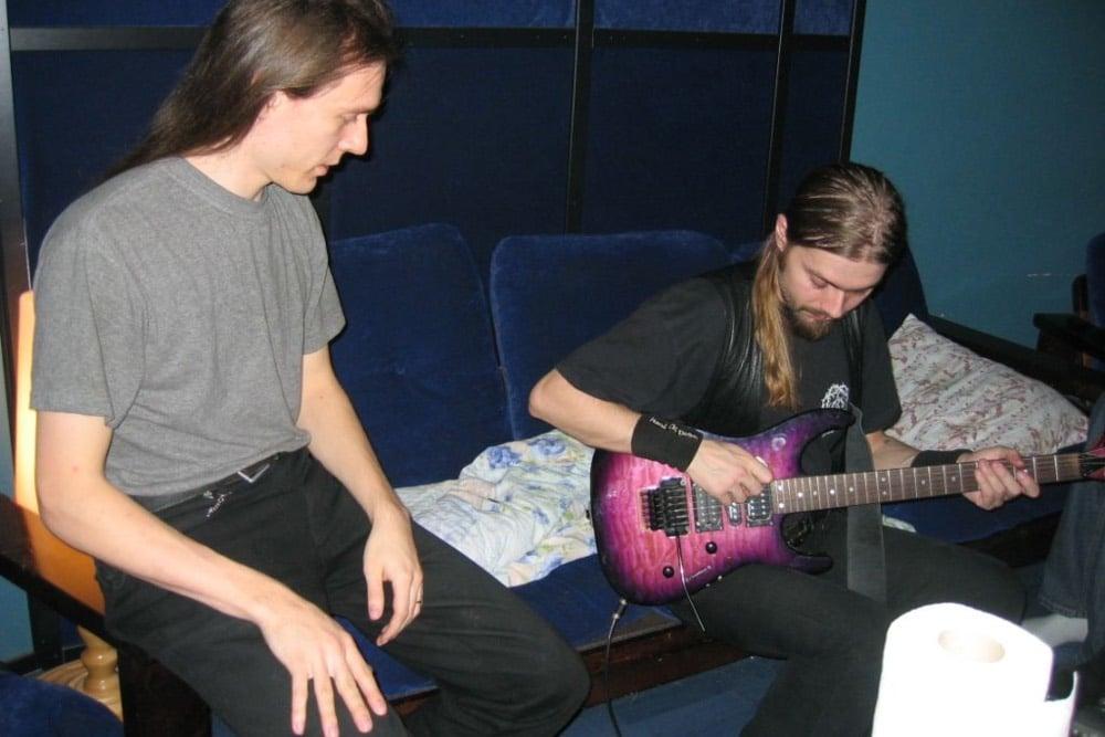 G-kieli aiheuttaa onglemia Arto Järviselle ja Anssi Kipolle Astia-studiolla 2005